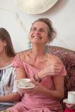 一名愉快的年长妇女的画象有一杯茶的 免版税库存图片