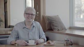 一名成熟妇女的画象时髦的咖啡馆的与一杯茶 影视素材