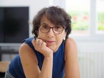 一名成熟妇女的画象戴眼镜的 免版税库存照片