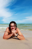 一名新白人,位于在一个沙滩。 免版税库存照片