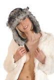 一名新白肤金发的妇女在温暖的冬天穿衣 免版税库存照片