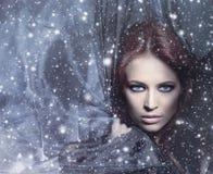 一名新红头发人妇女的纵向吹的丝绸的 库存图片