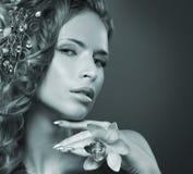 一名新红头发人妇女的纵向美丽的花的 库存图片
