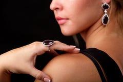 一名新美丽的妇女的半表面珠宝的 免版税库存照片