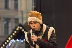 一名未知的年轻演员在圣诞节表现参与 免版税库存照片
