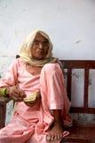一名未认出的印度妇女的画象在蓝色穿戴了 库存照片