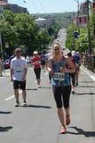 一名未认出的妇女在2016年4月16日的第29场贝尔格莱德马拉松跑在贝尔格莱德,塞尔维亚 库存图片