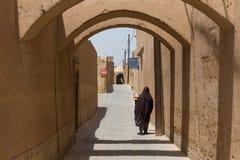 一名未认出的妇女步行沿着向下亚兹德狭窄的街道  免版税库存照片