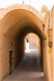 一名未认出的妇女步行沿着向下亚兹德街道  免版税库存图片