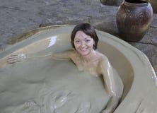 一名未认出的妇女洗泥浴在I -手段,芽庄市,越南 免版税图库摄影