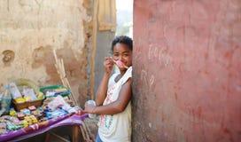 一名未认出的微笑的妇女的画象有冰淇凌的在马达加斯加 南极洲 免版税库存照片