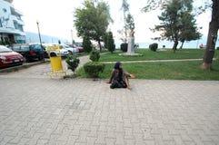 一名未认出的无家可归的妇女乞求在2015年8月07日的街道上在波格拉德茨,阿尔巴尼亚 免版税库存照片