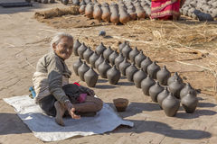一名未认出的年长妇女请求12月2日的慈善, 免版税库存图片