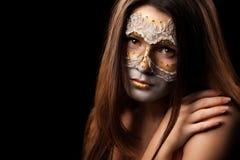 一名柔和的妇女的画象有时尚构成的在黑backgro 库存图片