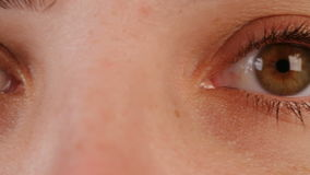 一名棕色妇女的眼睛的宏观射击 股票视频