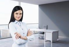 一名深色的妇女的画象在一个工作场所在现代全景办公室在纽约,曼哈顿 财政c的概念 库存照片