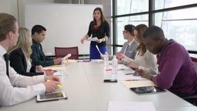 一名混合的族种妇女带领一次会议 股票视频