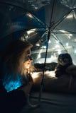 一名猫和妇女在一把伞下有诗歌选的 免版税库存图片