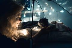 一名猫和妇女在一把伞下有诗歌选的 免版税图库摄影