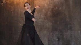 一名现代舞蹈家妇女的表现一黑暗的阴沉的大厅wth电灯泡的 股票视频