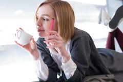 一名现代妇女的画象用咖啡 库存照片