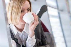 一名现代妇女的画象用咖啡 库存图片