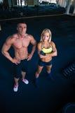 一名男人和妇女的小组crossfit健身房的 免版税图库摄影