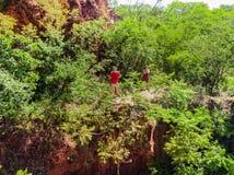 一名男人和妇女的鸟瞰图塞罗的Koi Aregua的 库存照片