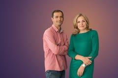 一名男人和妇女的画象在演播室 库存图片