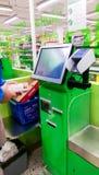 一名男性顾客做的自结算离开在芬兰超级市场 免版税库存照片