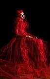 一名疲倦妇女的画象豪华红色礼服的 免版税库存图片