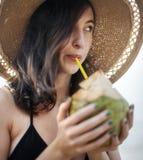 一名白种人妇女享受夏时 库存照片
