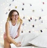 一名白种人妇女享受枕头战 免版税库存照片
