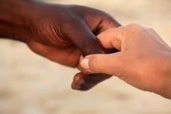 一名白种人妇女和一个非洲人的手 免版税图库摄影