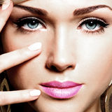 一名白种人妇女的年轻俏丽的面孔画象  库存图片