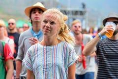 一名白肤金发的妇女在音乐会跳舞在小谎节日 库存图片