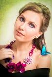 一名白肤金发的妇女的春天概念有一只蓝色蝴蝶和flo的 图库摄影