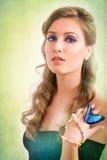 一名白肤金发的妇女的春天概念有一只蓝色蝴蝶的在她的ha 免版税图库摄影