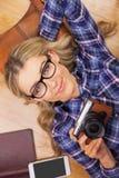 一名白肤金发的妇女的画象有照相机的 免版税库存照片