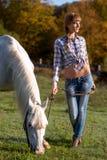 一名白马和妇女的画象 免版税库存照片