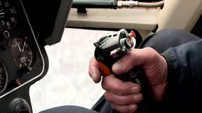 一名直升机飞行员的工作在驾驶舱内在冬天 股票视频