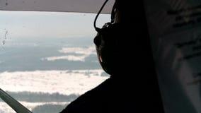 一名直升机飞行员的工作在驾驶舱内在冬天 影视素材