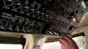 一名直升机飞行员的工作在驾驶舱内在冬天 股票录像