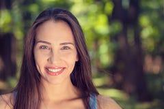 一名相当愉快的妇女的画象,微笑 免版税库存图片