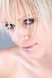 一名相当白肤金发的妇女的特写镜头 库存照片
