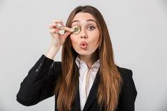 一名确信的女实业家的画象在衣服穿戴了 免版税库存图片