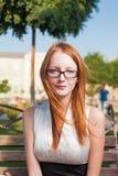 一名确信的20s红头发人女实业家的画象 库存图片
