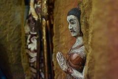 一名祈祷的妇女的亚洲小雕象 免版税库存图片