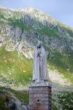 一名祈祷的妇女的雕象 免版税库存照片