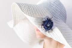 一名神奇妇女的画象一个白色帽子的有手工制造的别针的由牛仔布制成 免版税库存照片